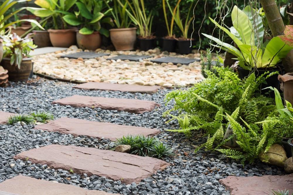 Idei pentru amenajarea unei gradini cu pietris decorativ
