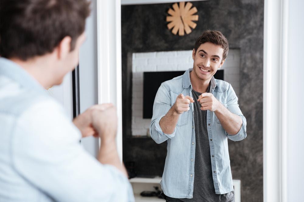 Cum montez o oglinda pe perete?